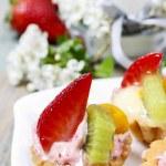 Cupcakes dekorerade med färska frukter — Stockfoto #73079649