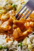 Curry de poulet aux petits pois vert et de riz de basmati — Photo