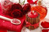 Spa set: kokulu mum, deniz tuzu, sıvı sabun ve romantik kırmızı — Stok fotoğraf