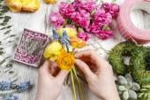 Floristería hacer ramo de flores de ranunculus — Foto de Stock