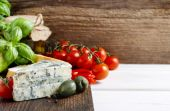 Mediterranean cuisine: blue cheese, tomatoes, olives, basil plan — Stock Photo
