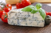 Mediterranean cuisine: blue cheese, baguette, tomatoes — Stock Photo