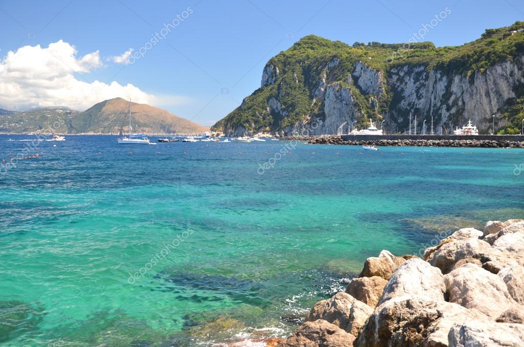malerische sommerlandschaft des wundersch nen strand in marina grande auf der insel capri. Black Bedroom Furniture Sets. Home Design Ideas