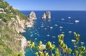 Gorgeous landscape of famous faraglioni rocks on Capri island, Italy — Stockfoto