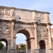 Triumphal Arch of Constantine and Colosseum in Rome against blue sky, Italy — Stock Photo #55834579