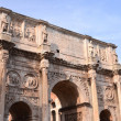 Triumphal Arch of Constantine and Colosseum in Rome against blue sky, Italy — Stock Photo #55834581