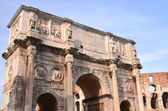 Triumphal Arch of Constantine and Colosseum in Rome against blue sky, Italy — Stock Photo