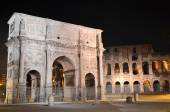 Triumphal Arch of Constantine nearby Colosseum in Rome by night, Italy — Foto de Stock