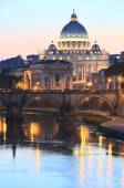 Picturesque landscape of St. Peters Basilica over Tiber in Rome, Italy — Foto de Stock