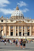 Tourists on St. Peter's Square in Vatican City — Foto de Stock