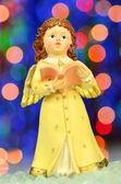 Weihnachtsdekoration, Figur der kleine Engel singen Weihnachtslieder vor Bokeh-Hintergrund — Stockfoto