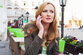 Elegant woman talking by phone in a cafe — Foto de Stock