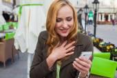 Donna elegante utilizzando smartphone in un caffè — Foto Stock