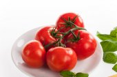 Fresh red tomatoes with drops of water — Fotografia Stock