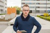 Mladý muž s tablet pc na ulici — Stock fotografie