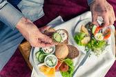 Zakenman eten ontbijt thuis — Stockfoto