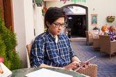 Étudiante asiatique avec tablette numérique — Photo