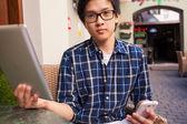 Étudiant à l'aide de tablet pc et smartphone — Photo