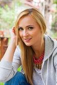 Uśmiechający się blondynka w parku — Zdjęcie stockowe