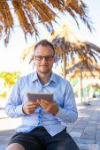 Jovem turista com móvel tablet pc. — Fotografia Stock