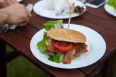 Smakelijke blik hamburger. — Stockfoto