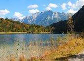 Idyllic autumnal lakeside ferchensee and karwendel mountains — Stock Photo