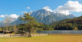 Beautiful mountain scenery, lake lautersee and karwendel — Stock Photo