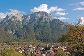 Beautiful mittenwald village and karwendel mountains — Stock Photo