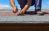 Gardener renew roof of summer garden house — Stock Photo
