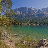 Beautiful mountain lake eibsee and zugspitze massif — Stock Photo