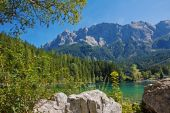 Picturesque lake eibsee and zugspitze mountain, bavaria — Stock Photo
