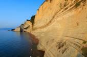 Korfu günbatımında plajda kayalar — Stok fotoğraf