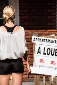 Young Woman standing in front of her new apartment — Stock fotografie