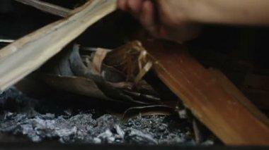 Adam şöminede ateş başlamak — Stok video