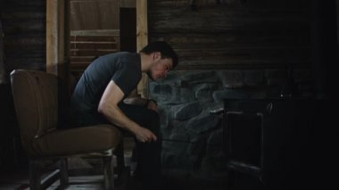 Man Relaxing in front of Burning Stove — Vídeo stock