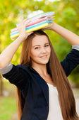 Genç öğrenci kız kitapları başında holding — Stok fotoğraf