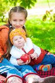 Little girl and little boy in autumn park — 图库照片