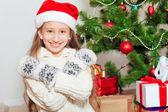 Bambina con capelli lunghi vicino all'albero di Natale — Foto Stock