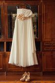 Casamento vestido de noiva branco pendurado — Fotografia Stock