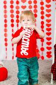 Petit garçon avec des décorations Valentin — Photo
