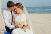 Young bride and groom on the beach — Stock Photo