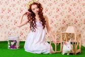 Молодая девушка с длинными волосами, с белый кролик — Стоковое фото