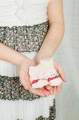 Hamile kadın elinde bebek çorap — Stok fotoğraf