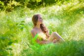 The young beautiful girl with long hair in a bright dress with daisies — ストック写真