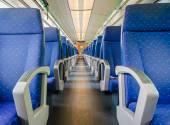 長いと短い距離の電車の空のインテリア — ストック写真