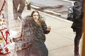 New York, Usa - 9. Dezember 2013: Urbanität in Manhattan, hübsche Frau auf Straße, essen Süßigkeiten-Shop. — Stockfoto
