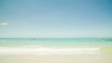 Mujer en la playa — Vídeo de stock