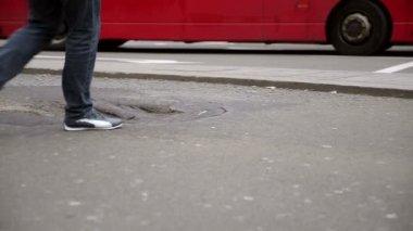 Voetgangers oversteken van straat — Stockvideo