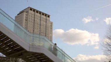 Folk går över bron — Stockvideo