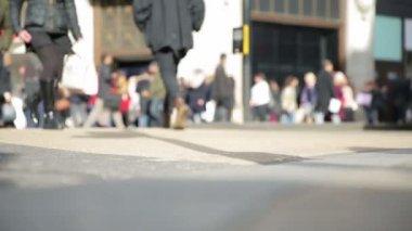 Pedestrians cross street — Vídeo stock
